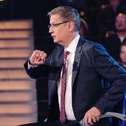 Quizmaster Günther Jauch fühlt seinen Kandidaten bei