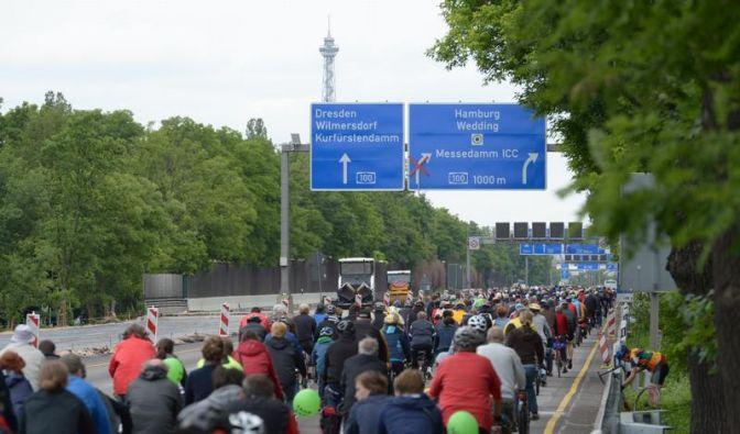 Radfahrer-Massen rollen bei Sternfahrt durch Berlin (Foto)
