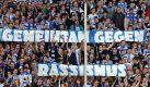 Trotz zahlreicher Aktionen unternehmen der DFB und die internationalen Verbände FIFA und UEFA nach Meinung der Mehrheit der deutschen Fußball-Fans nicht genug im Kampf gegen Rassismus und Homophobie. Das ergab eine repräsentative Umfrage des Meinungsforschungsinstituts YouGov. Foto: dpa/ Foto: Roland Weihrauch