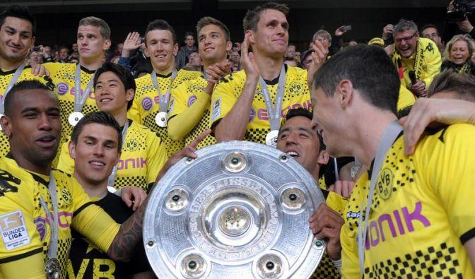 Rauball übergibt Meisterschale an BVB-Kapitän Kehl (Foto)