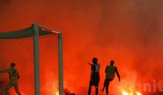 Rauch, Feuer und Gewalt: Ausschreitungen werden im Fußball immer mehr zum Problem. (Foto)