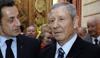 Raymond Kopa (rechts) mit dem ehemaligen Präsidenten Nicolas Sarkozy (links): Der Fußballer ist am 3. März 2017 im Alter von 85 Jahren gestorben. (Foto)