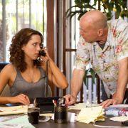 Rebecca Hall als Beth Raymer und Bruce Willis als Dink Heimowitz überzeugen in Lady Vegas.