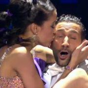 Rebecca Mir findet ihren Tanzpartner Massimo Sinató einfach zum Knutschen.