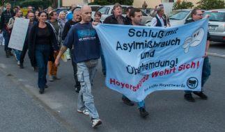 Rechtsextreme demonstrieren am 18.09.2015 in Bischofswerda (Sachsen) gegen die Unterbringung von Flüchtlingen in einer Notunterkunft. (Foto)