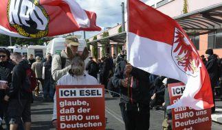 Rechtsextreme Gedanken verbreiten sich im Osten - hier eine NPD-Zusammenrottung in Brandenburg. (Foto)