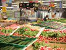 Regalfächer mit verschiedenen Gemüsesorten in einem Supermarkt. (Foto)