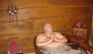 Reiner Calmund entspannt sich im Badezuber. (Foto)