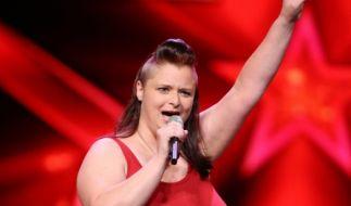 """Reinigungskraft Sabrina Jannewers (33) verdient sich mit Model-Jobs und ihrem eigenen YouTube-Kanal etwas dazu. Sie liebt Karaoke und möchte damit auch die Jury überzeugen. Sabrina singt """"99 Luftballons"""" von Nena. (Foto)"""