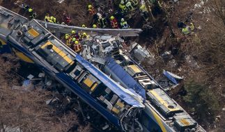 Rettungskräfte am 09. Februar 2016 an der Unfallstelle des Zugunglücks in der Nähe von Bad Aibling in Bayern. Das Unglück ist nach Angaben der Landesregierung auf einen doppelten Irrtum des Fahrdienstleiters zurückzuführen. (Foto)