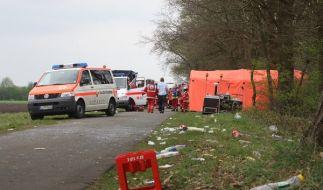 Rettungskräfte kümmern sich um die Verletzten, die der betrunkene Amokfahrer angefahren hatte. (Foto)