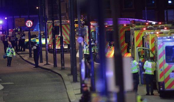 """Rettungskräfte stehen an der London Bridge nach dem zunächst als """"größeren Zwischenfall"""" bezeichneten Attentat. (Foto)"""