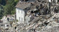 Rettungskräfte suchen in Pescara del Tronto nach Opfern und Überlebenden. (Foto)