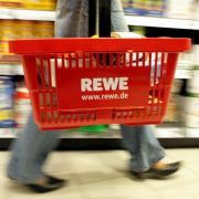 """REWE hat Deutsches Corned Beef der Marke """"REWE Beste Wahl"""" zurückgerufen. In zwei Packungen wurden kleine Teile einer Lebensmittel-Transportbox gefunden. (Foto)"""