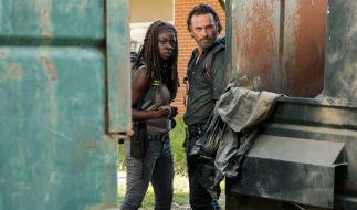 Rick und Michonne gehen auf Entdeckungstour und suchen Waffen. (Foto)