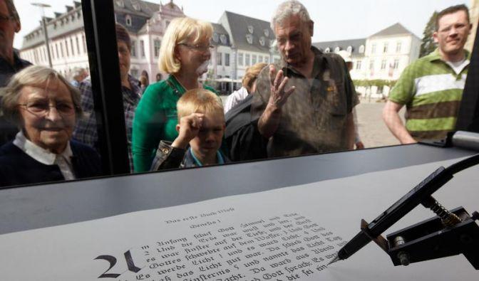 Roboter in Trier beendet Abschrift der Bibel (Foto)