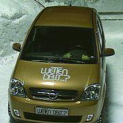 Wintersport: Jürgen Baumgarten jagte 2002 in seinem Opel die Rodelbahn in Unterammergau hinab.