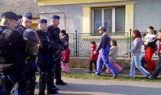 Roma vor Rechtsradikalen beschützt (Foto)