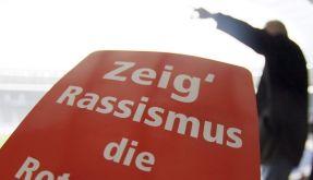 Rote Karte für Rassismus (Foto)