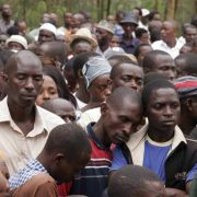 Völkermord vergisst man nicht: Trauernde Menschen gedenken im vergangenen Jahr dem Völkermord in Ruanda, bei dem 1994 mehr als 800.000 Menschen starben.