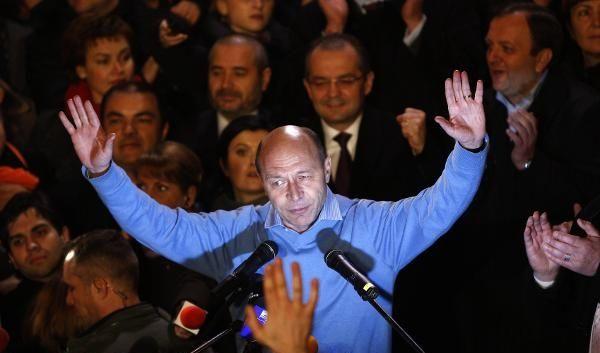 Rumäniens Staatspräsident Traian Basescu gewann seine Wiederwahl denkbar knapp mit  50,33 Prozent. (Foto)