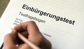 Rund 98 Prozent der Ausländer, die Deutsche werden wollen, bestehen den Einbürgerungstest mit Bravou (Foto)