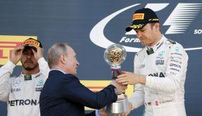 Russlands Präsident Wladimir Putin überreichte Nico Rosberg die Trophäe für den Sieger mit einem kräftigen Händedruck. (Foto)