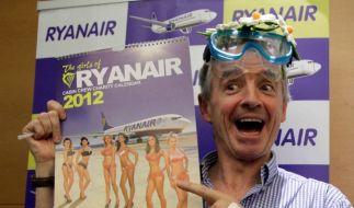 Ryanair-Boss Michael O'Leary und der Jahreskalender mit den schönsten Stewardessen (Foto)