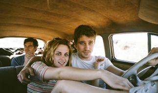 Sal Paradise (Sam Riley) und Marylou (Kristen Stewart) berauchen sich am bloßen Sein. (Foto)
