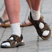 Wem es gefällt: Socken in Sandalen.