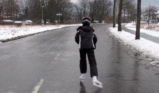 Schlittschuhe statt Winterreifen: Ein Mann ist in Karlsruhe auf einer völlig vereisten Straße unterwegs. (Foto)