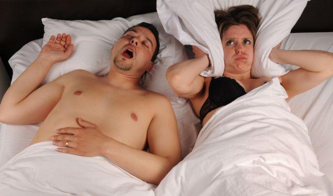 Schnarcher nerven den Partner und schädigen schlimmstenfalls ihre Gesundheit. (Foto)
