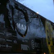 Schnell war traurige Gewissheit: Auf den Mannschaftsbus des BVB ist ein Anschlag verübt worden.