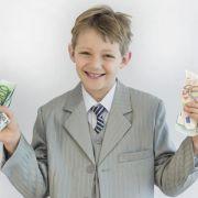 Schon Grundschüler bekommen zur Kommunion oft einen großen Batzen Geld. Was damit passiert, sollten die Eltern nicht einfach allein entscheiden. (Foto)