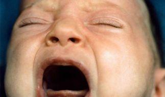 Schreiendes Baby durch Blickkontakt beruhigen (Foto)