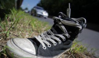 Schuhe auf der Autobahn (Foto)