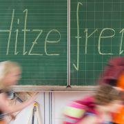 Schulkinder freuen sich am meisten, wenn das Thermometer steigt und es endlich hitzefrei gibt. (Foto)