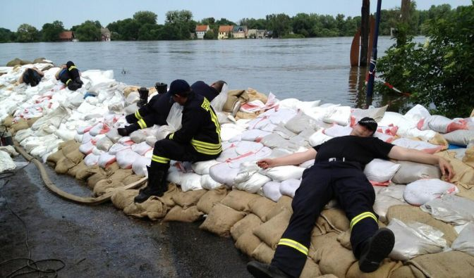 @SchulzStep: Wassereinbruch in #Schönebeck gestoppt. Sandsackwall hält. Feuerwehrleute nach 30 Stunden erschöpft. #Hochwasser (Foto)