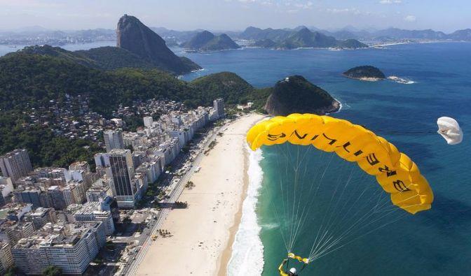 Schweizer «Jetman» umfliegt Christus-Statue in Rio (Foto)