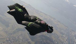 Schweizer überquert Alpen im freien Fall (Foto)