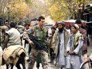 Schwer bewaffnet inmitten der Zivilbevölkerung (Foto)