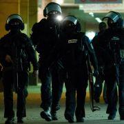 Schwerbewaffnete Polizeikräfte: Der Bankräuber soll Medienberichten zufolge eine Million Euro gefordert haben.