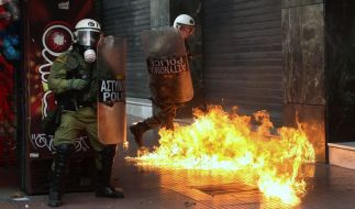 Schwere Ausschreitungen bei Demonstrationen in Athen: Vermummte werfen Molotov-Cocktails gegen Polizisten. (Foto)