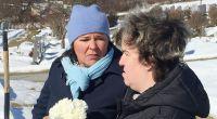 Schwerer Gang für Beate: Gemeinsam mit Vera besucht sie das Grab ihrer Mutter Irene. (Foto)