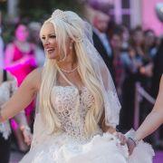 Schwester Jenny ist die ganze Zeit an Danielas Seite. Ob sich Frau Katzenberger da ein Vorbild an den Royals genommen hat? Schließlich betrat 2011 Pippa Middleton bei Herzogin Kates Hochzeit ebenfalls zeitgleich mit der Braut die Kirche.