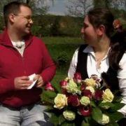 Maik und Julia beim romantischen Picknick.