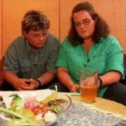 Marco und Nicole warten auf das Ergebnis des Schwangerschaftstestes.