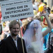 Schwule demonstrieren beim Hamburger Christopher-Street-Day gegen die Ungerechtigkeit der Homo-Ehe.