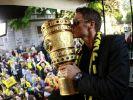 Sebastian Kehl kennt noch ein Gesetzt des Pokals: Man muss ihn lieb haben, den goldenen Pott! (Foto)