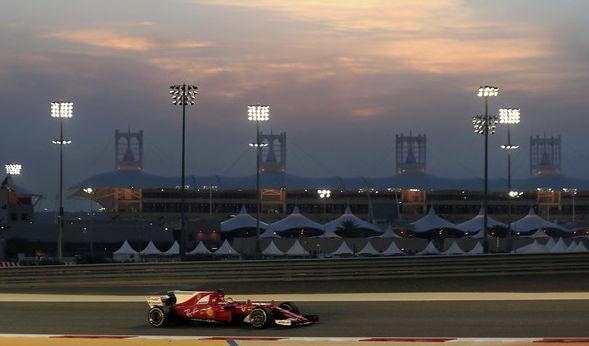 Sebastian Vettel vom Team Scuderia Ferrari mit seinem Rennwagen beim Freien Training am 14. April in as-Sachir. Der Große Preis von Bahrain findet am 16. April 2017 statt. (Foto)